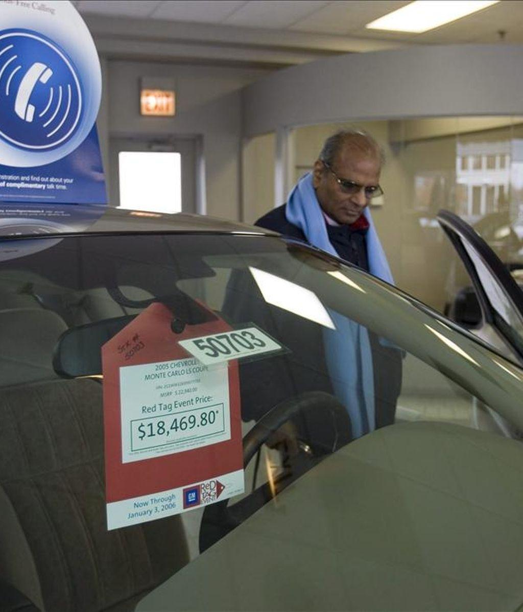 Un coche en un concesionario con descuentos diseñados para bajar los precios hasta en 4.000 dólares (3,400 euros). EFE/Archivo