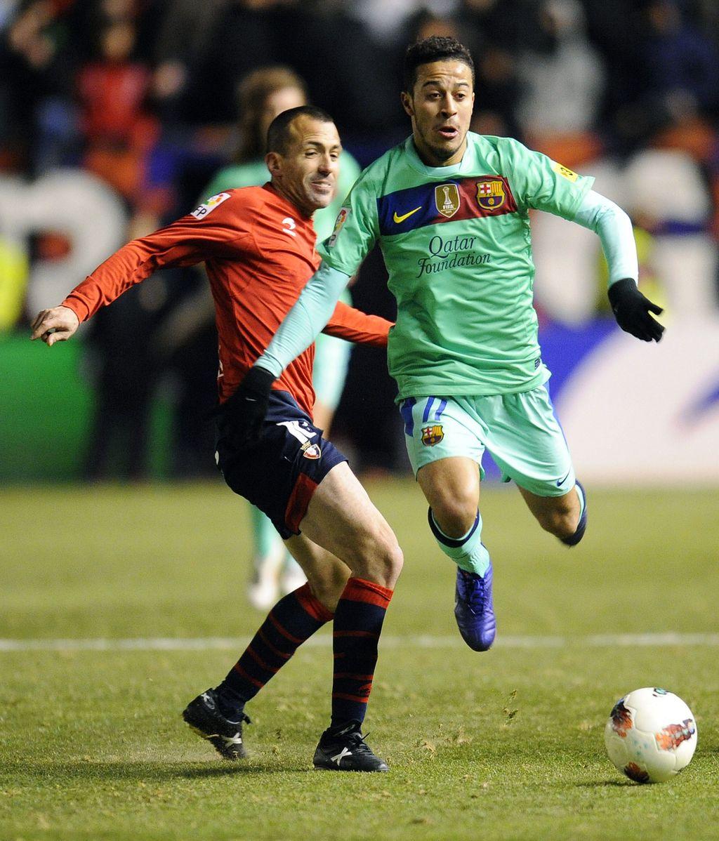 Patxi Puñal, jugador de Osasuna pelea por un balón ante Thiago