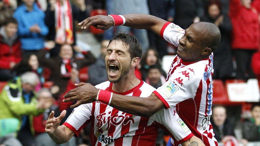 El mediocentro uruguayo del Sporting de Gijón Sebastián Eguren celebra su gol con su compañero francés Gregory Arnolin