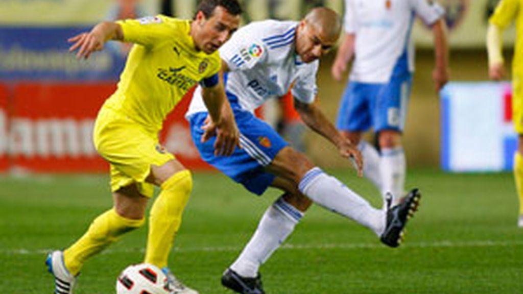 El centrocampista del Villarreal Santi Cazorla lucha un balón con el defensa uruguayo del Real Zaragoza Carlos Diogo. Foto: EFE.