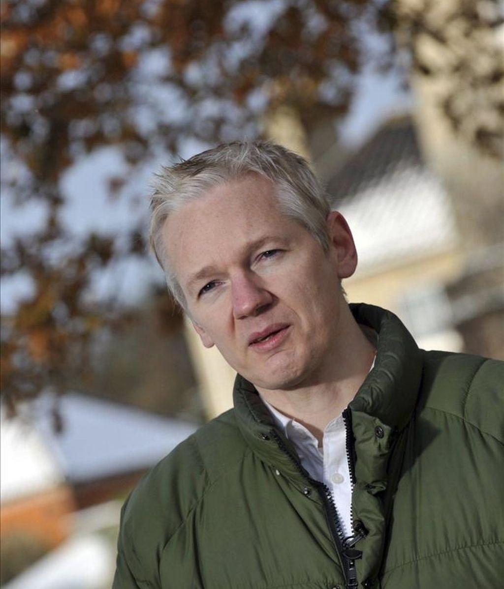 El fundador de WikiLeaks, Julian Assange, ofrece una rueda de prensa al aire libre frente a la mansión de Suffolk, sureste de Inglaterra, donde cumple la libertad condicional impuesta por un tribunal londinense. EFE/Archivo