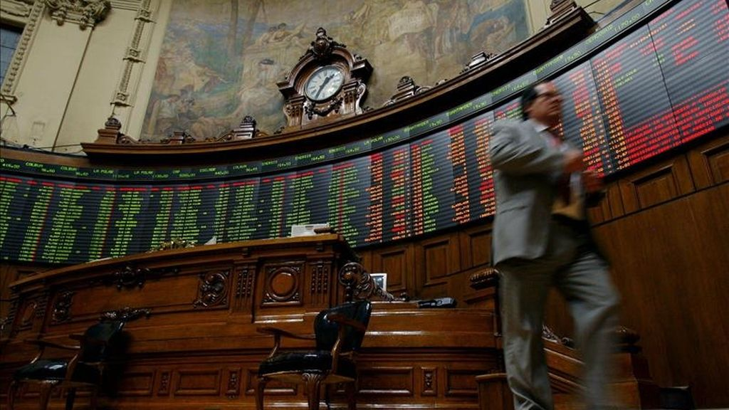 El mercado de Santiago descendió el 1,58% en su principal indicador, el IPSA, que quedó en 4.632,06 unidades, después de hacer negocios por 96.512.902.750 pesos (unos 198,99 millones de dólares). EFE/Archivo