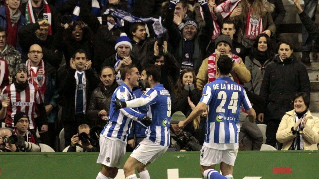 Los jugadores de la Real Sociedad celebran el gol marcado por su compañero, el delantero francés Antoine Griezmann (i), ante el Athletic de Bilbao