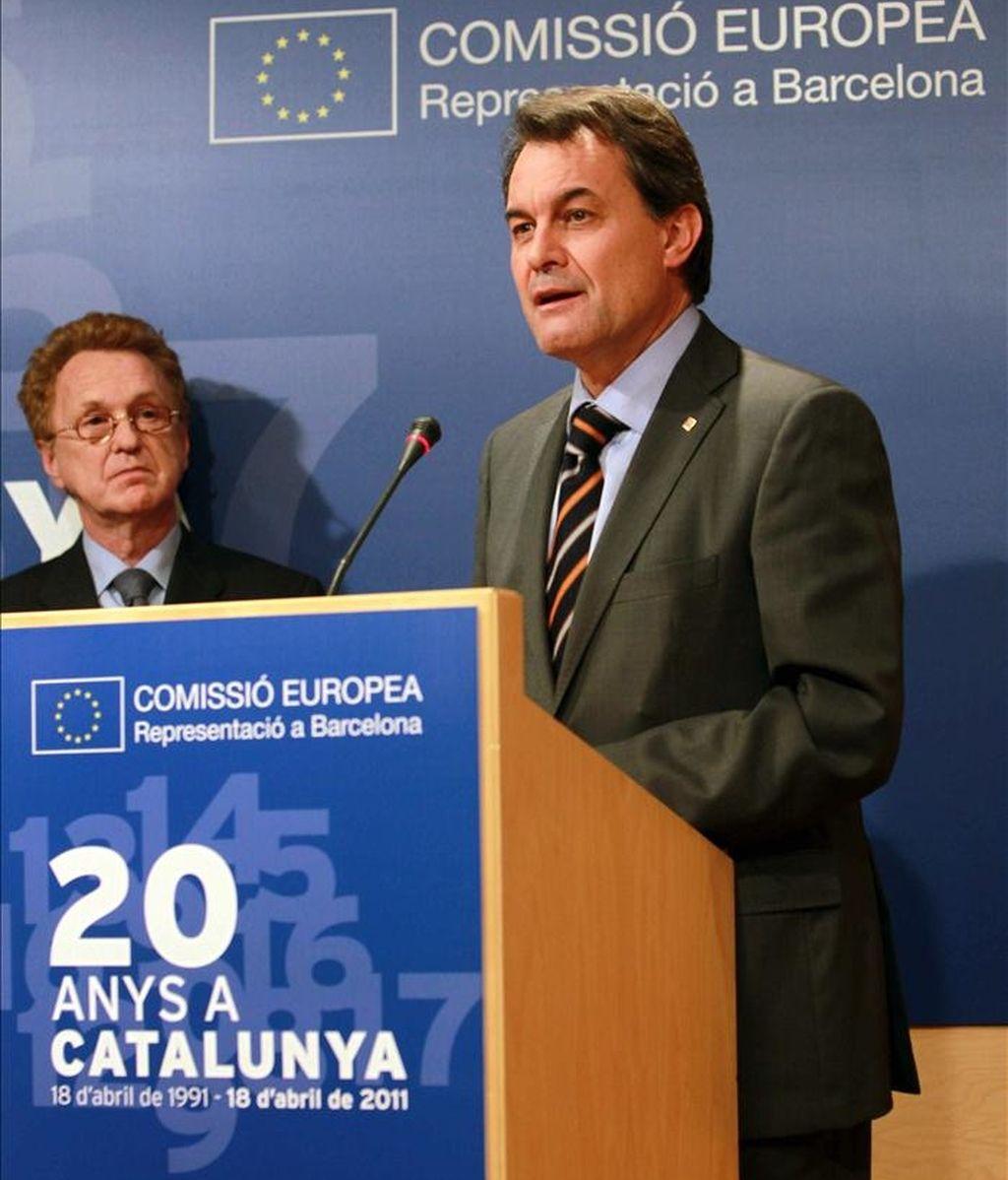 El presidente de la Generalitat, Artur Mas (d), ha descartado hoy la rebaja del IRPF a las rentas más altas mientras dure el ajuste, según ha afirmado durante un acto con motivo de los 20 años de la representación de la Comisión Europea en Barcelona. En la foto, Mas durante el acto, junto al delegado de la CE para Cataluña y Baleares, Manel Camós (i). EFE