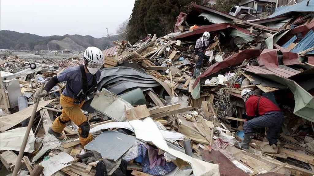 El estudio del FMI recuerda que en estos momentos se discute cómo financiar el plan de ayuda para la reconstrucción de Japón. En la imagen una persona camina sobre escombros dejados por el terremoto. EFE/Archivo