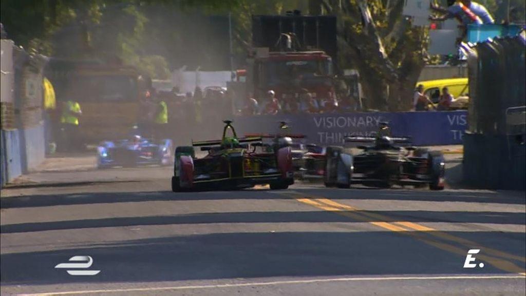 ¡Di Grassi entra muy fuerte en la curva y se estrella contra el muro!
