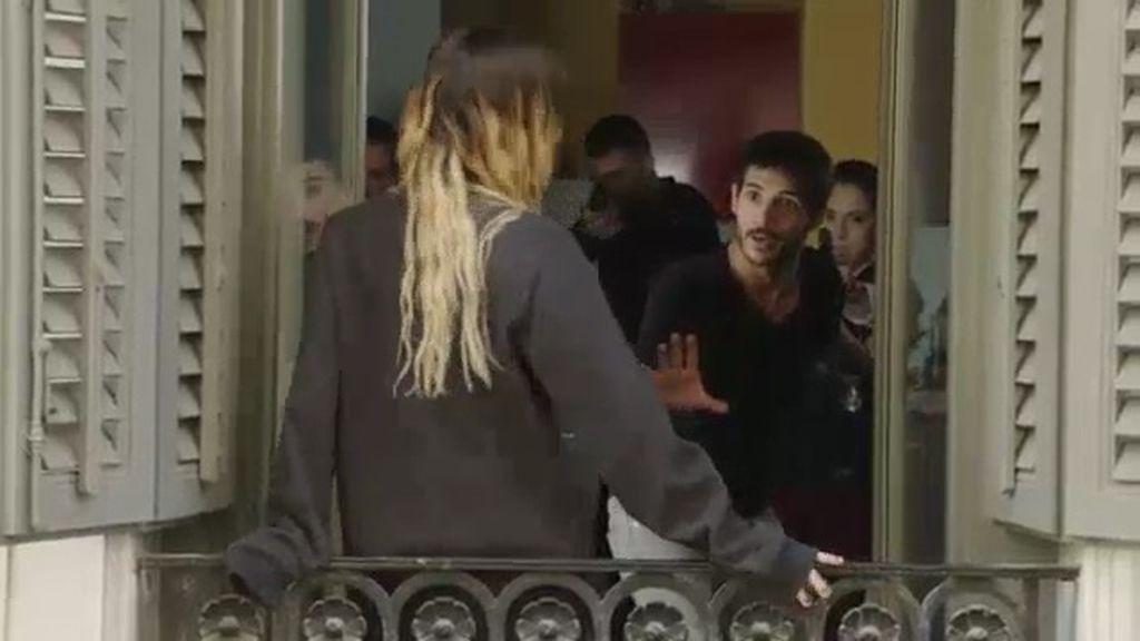 Santa intenta ganarse la confianza de Lola y Rubio lo impide... ¡con un equipo de agentes!
