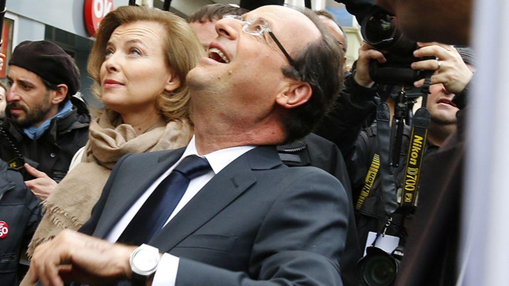 El candidato socialista François Hollande, junto a su esposa Valerie Trierweiler