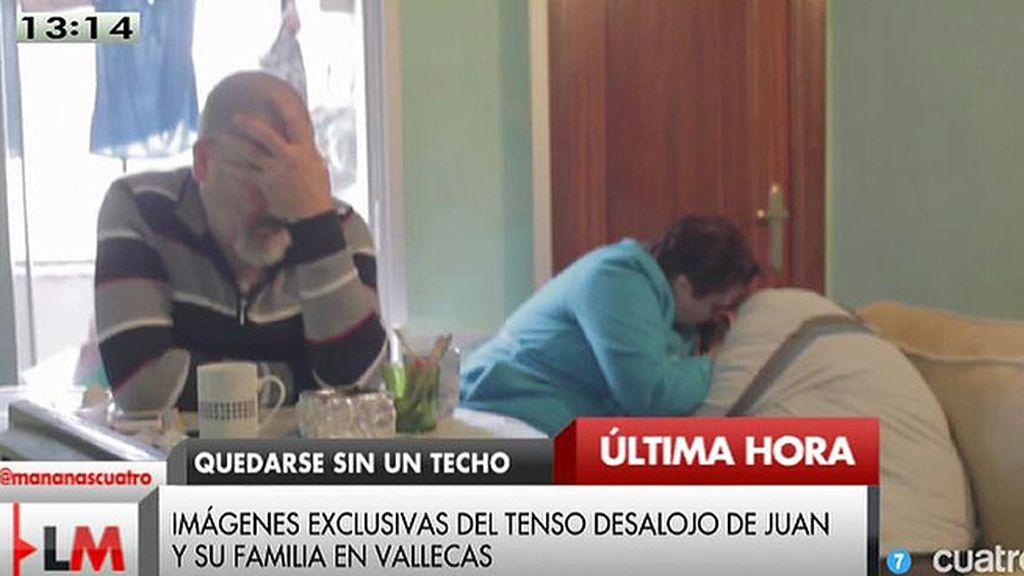 Las imágenes del tenso desahucio de Juan y su familia en Vallecas