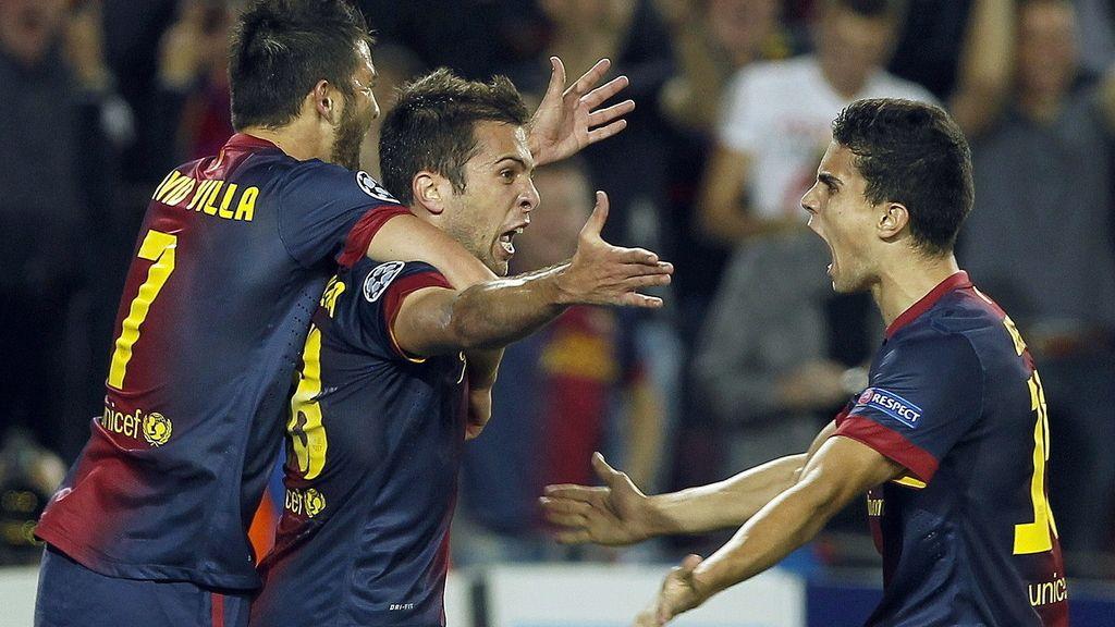 El lateral del FC Barcelona Jordi Alba es felicitado por sus compañeros David Villa y Marc Bartratras marcar el segundo gol ante el Celtic de Glasgow