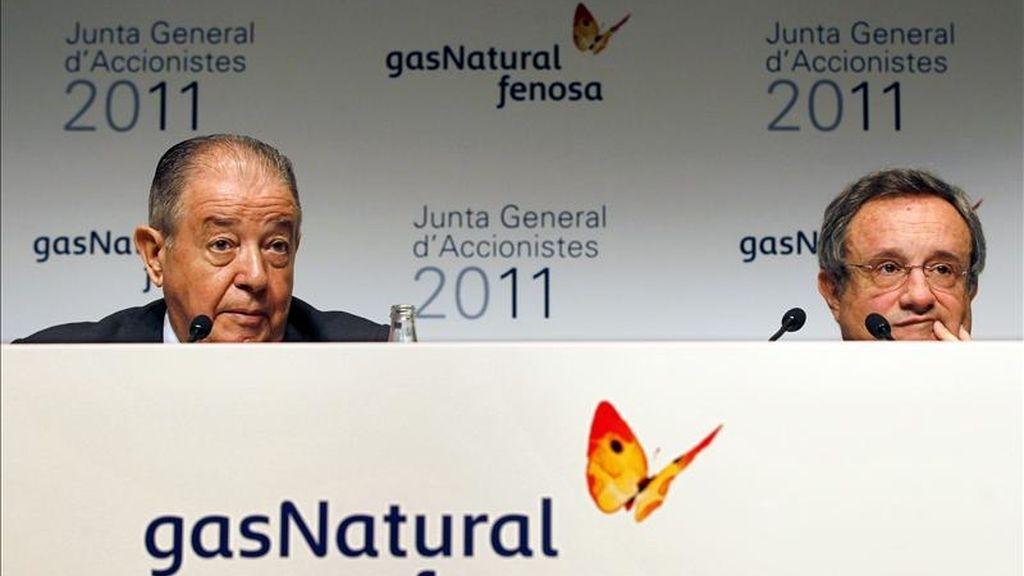 El presidente de Gas Natural Fenosa, Salvador Gabarró (i), acompañado del Consejero Delegado, Rafael Villaseca (d), durante la rueda de prensa previa a la junta general de accionistas del grupo que se ha celebrado hoy en Barcelona y donde han aprovechado para tender una mano a la empresa pública argelina Sonatrach.EFE