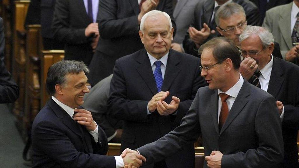 El primer ministro húngaro Viktor Orban (i) recibe la felicitación del ministro húngaro de Administraciones Públicas y Justicia, Tibor Navracsics, tras la aprobación de la nueva Constitución del país, en el Parlamento húngaro, en Budapest, Hungría. EFE