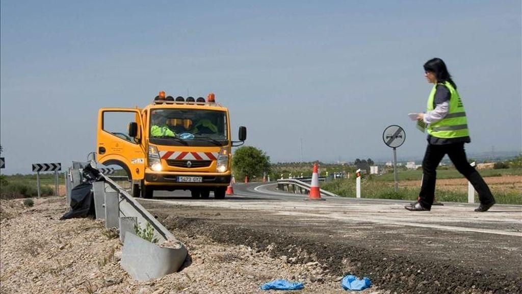 Vista del lugar donde esta mañana tres personas han fallecido en un accidente de tráfico que ha tenido lugar en la carretera N-240, a la altura de Les Borges Blanques (Lleida), y en el que se han visto implicados tres vehículos. EFE