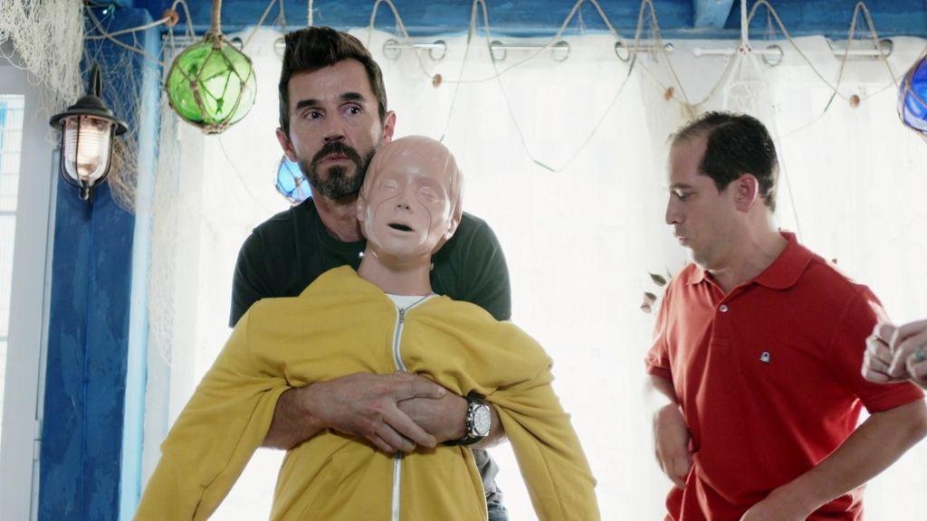 Sergi quiere evitar una muerte en el chiringuito y termina atufando a su equipo
