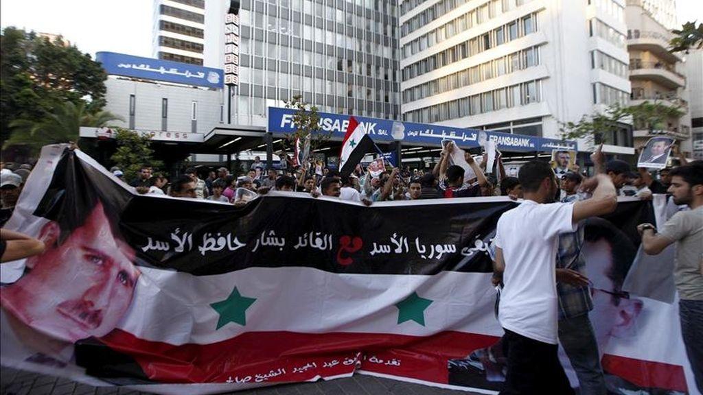 Sirios residentes en el Líbano corean consignas en apoyo al presidente sirio, Bachar al Asad, durante una concentración en la calle Hamra de Beirut (Líbano), el pasado 23 de mayo. EFE/Archivo