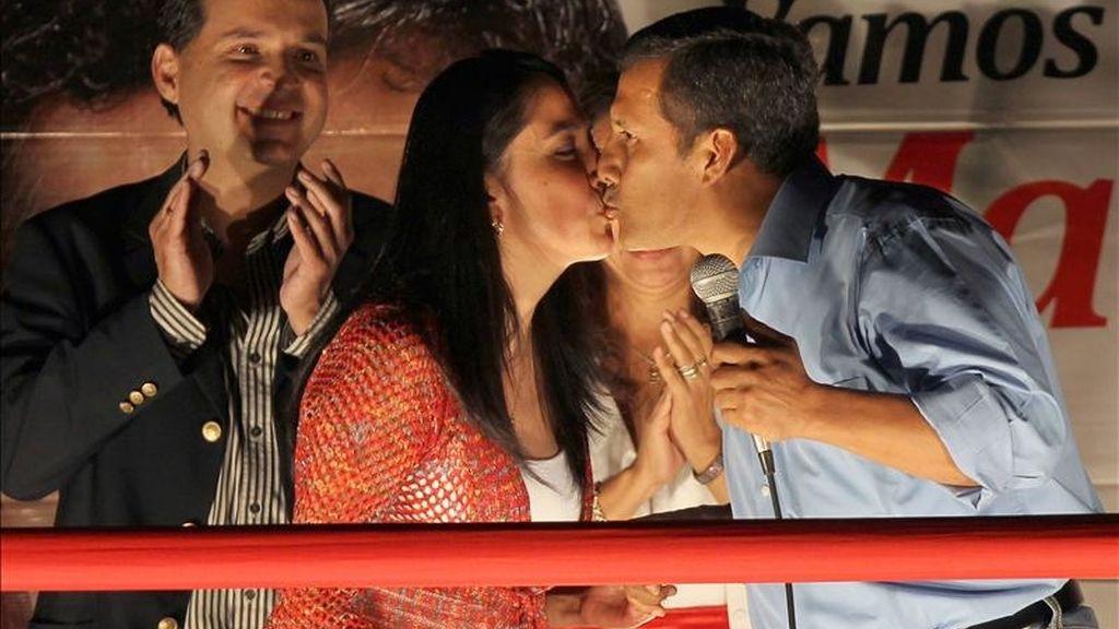 El candidato presidencial peruano Ollanta Humala (d) y su esposa Nadine (i) participan en un evento electoral en Lima (Perú). EFE