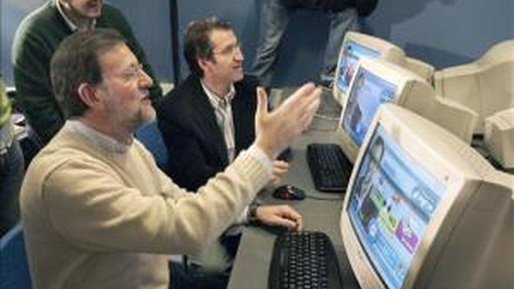 Mariano Rajoy, líder del PP, frente al ordenador. Foto: EFE.