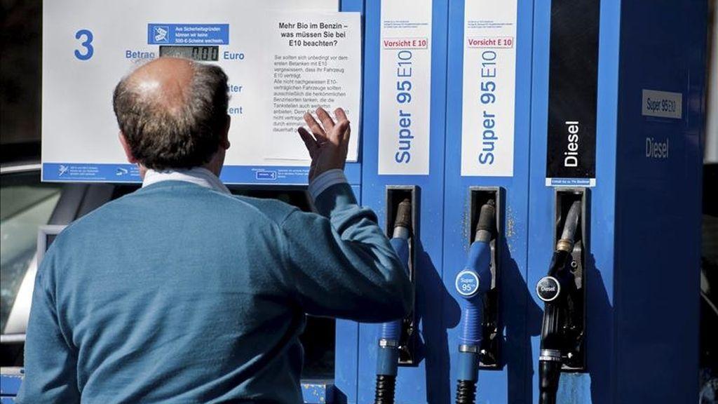 Un hombre observa un surtidor de gasolina. EFE/Archivo
