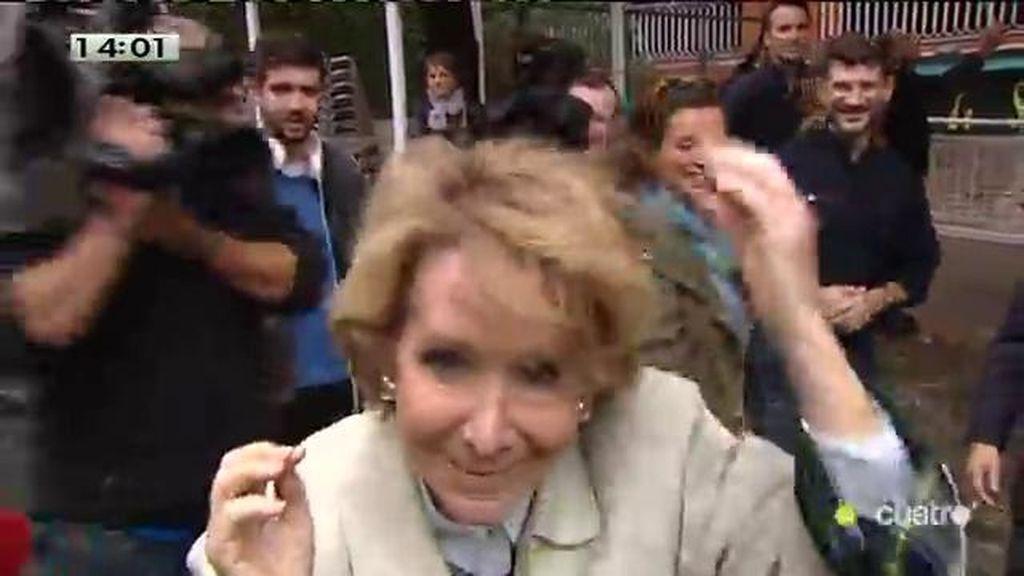 Una motera Esperanza Aguirre aprovecha el objetivo de Cuatro para peinarse