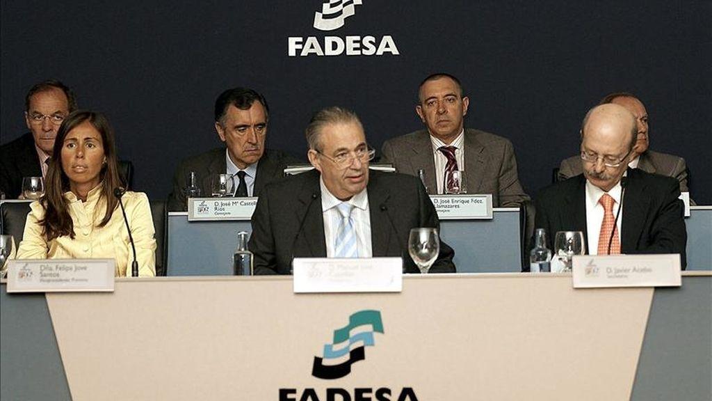 El presidente de la inmobiliaria Fadesa, Manuel Jove Capellán (c), junto a la vicepresidenta, Felipa Jove Santos (i), y el secretario, Javier Acebo (d), durante la junta general de accionistas celebrada en A Coruña. EFE/Archivo
