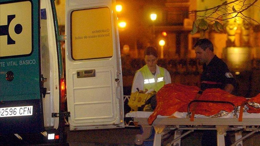 Miembros de emergencias atienden a un herido en un accidente. EFE/Archivo