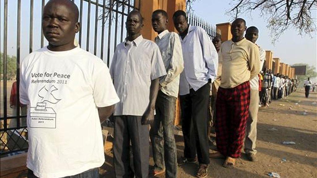 Sudaneses hacen cola para votar en el referéndum de autodeterminación del sur de Sudán en un colegio electoral en Yuba, Sudán. EFE