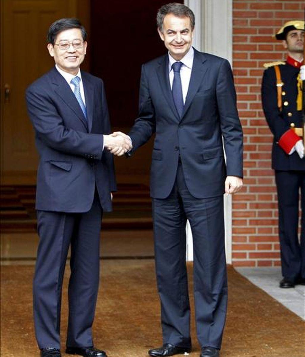 El presidente del Gobierno, José Luis Rodríguez Zapatero (d), saluda al primer ministro surcoreano, Kim Hwang Sik, de visita de trabajo en España, momentos antes de la reunión que ambos mantuvieron hoy en el Palacio de la Moncloa. EFE