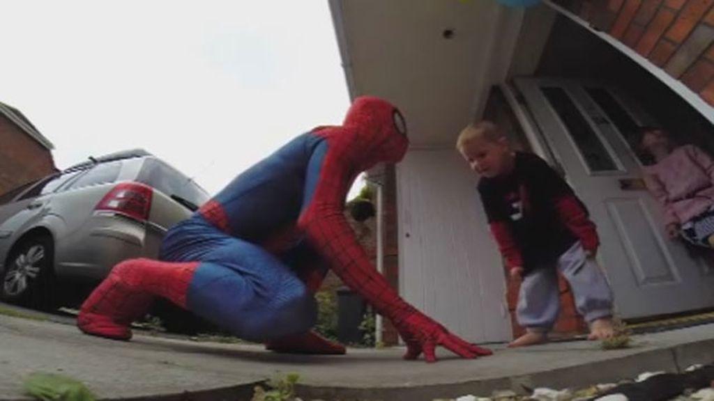 Se disfraza de superhéroe para sorprender a su hijo enfermo terminal