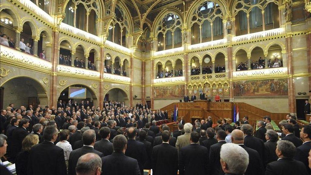 Parlamentarios húngaros escuchan el himno nacional tras la aprobación de la nueva Constitución del país, en el Parlamento húngaro, en Budapest, Hungría. El Parlamento de Hungría aprobó hoy por una holgada mayoría, pero con el rechazo de toda la oposición, la nueva Constitución del país. EFE