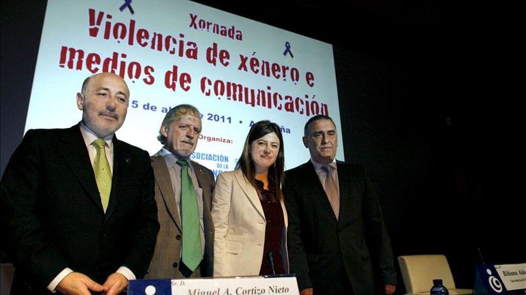 La Asociación de la Prensa de A Coruña (APC) ha organizado una jornada sobre Violencia de Género y Medios de Comunicación en la que participa la secretaria de Estado de Igualdad, Bibiana Aido (2d), el delegado del Gobierno en Galicia, Miguel Cortizo (2i), el alcalde de A Coruña, Javier Losada (i), y el presidente de la APC, Manuel González (d), entre otros. EFE