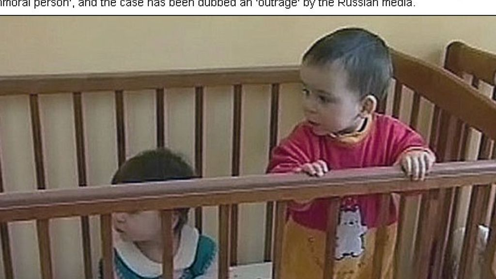 Abandona a los gemelos que adoptó