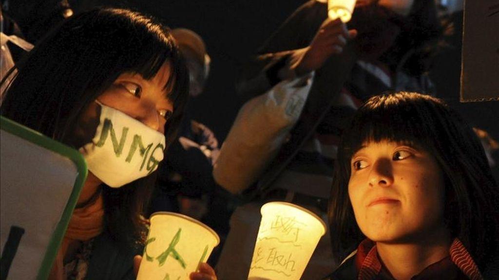 Japoneses participan en una vigilia con motivo del 25º aniversario de la catástrofe en la central ucraniana de Chernóbil, la más grave de la historia de la energía atómica civil, hoy,  frente a la sede de Tokyo Electric Power Company (TEPCO), en Tokio, Japón. EFE