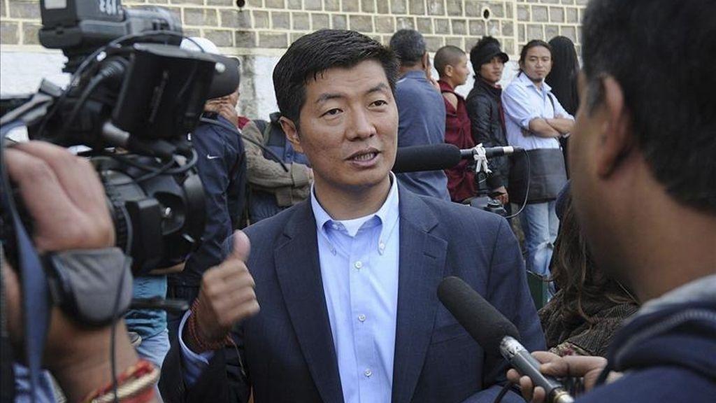 Fotografía facilitada hoy, miércoles 27 de abril de 2011 de Logsang Sangay mientras atiende a la prensa en Dharmsala (India) el 20 de marzo de 2011. Según informaron hoy varios medios de comunicación el alumno de Harvard Lobsang Sangay, de 42 años, fue elegido nuevo Kalon Tripa o primer ministro tibetano en el exilio. EFE