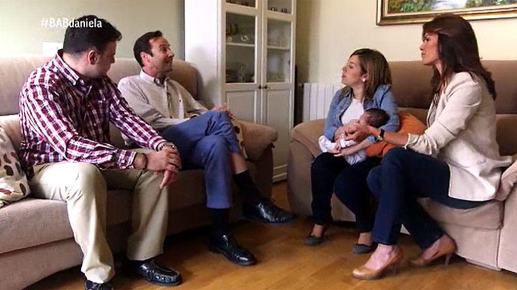 Los padres plantean sus dudas al pediatra sobre la alimentación de Daniela