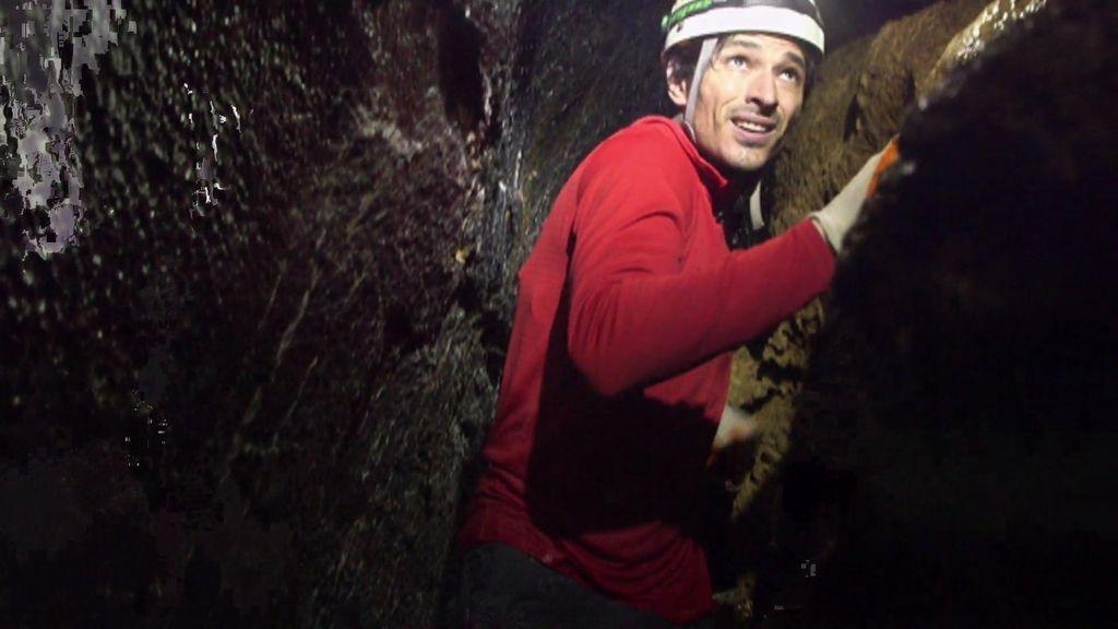 Andrés Velencoso se estrena como espeleólogo en una cueva jamás filmada