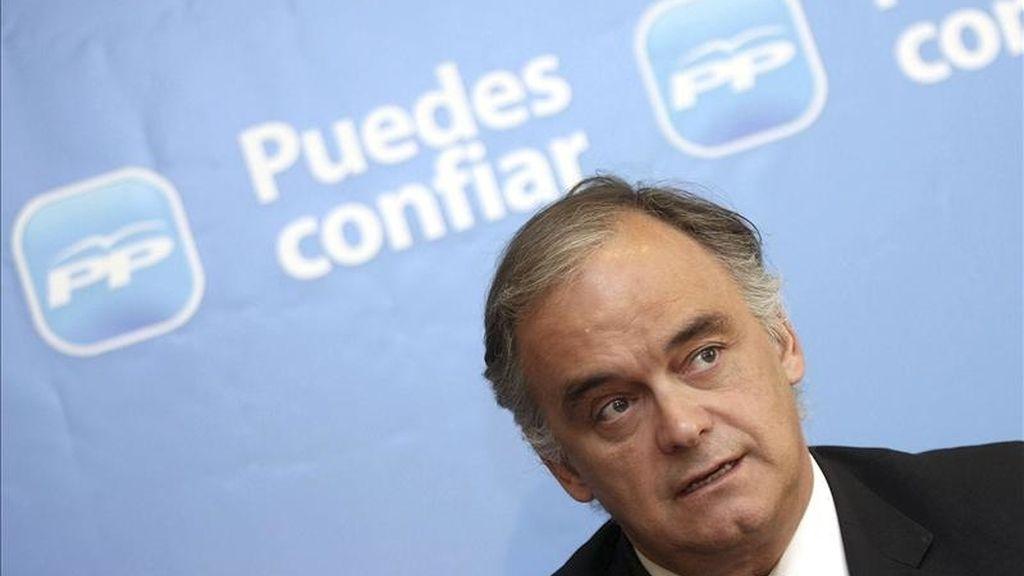 El vicesecretario general de Comunicación del PP, Esteban González Pons, durante la rueda de prensa que ofreció hoy antes de participar en la presentación de las candidaturas del PP de Valladolid a las Cortes de Castilla y León y a los Ayuntamientos de la provincia. EFE