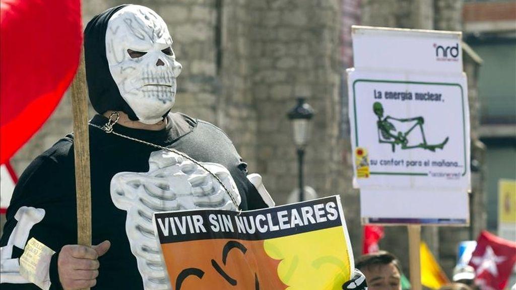 Varios grupos ecologistas, sindicales y políticos han convocado hoy una manifestación en la capital burgalesa para exigir el cierre de la central nuclear de Santa María de Garoña en la fecha prevista por el Gobierno, en el verano de 2013. EFE