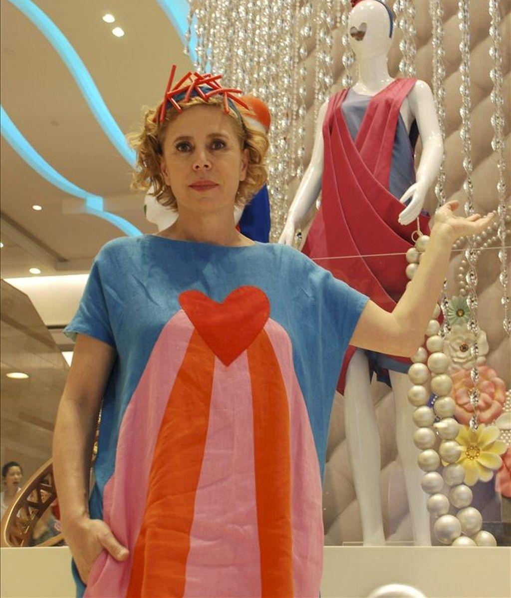 La diseñadora Ágatha Ruiz de la Prada, junto a varias de sus creaciones en Hong Kong, donde expone hasta treinta de sus modelos. EFE