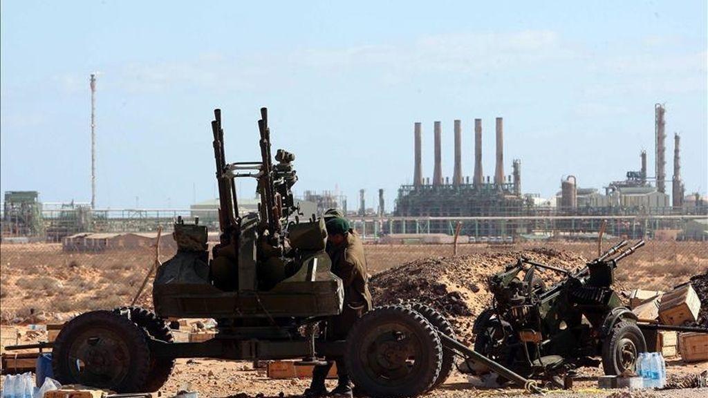 Imagen de un cañon tierra-aire usado por grupos rebeldes en Ras Lanuf (Libia), cerca de una refinería de petróleo. EFE/Archivo