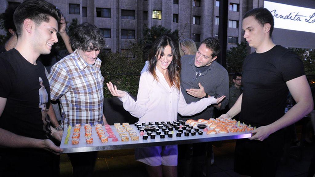 Melani Olivares se sorprendió con el exquisito sushi que se sirvió en la fiesta