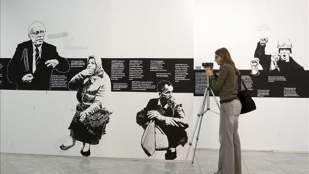 """Una joven toma imágenes de la exposición colectiva """"Sin realidad no hay utopía"""", una muestra que reúne a 27 artistas internacionales que invitan a reflexionar sobre la crisis económica mundial y piden una """"vuelta a lo real"""" y a los pensamientos utópicos a través de doscientas obras de arte formadas por esculturas, dibujos, videos o cuadros que se exponen desde hoy en el Centro Andaluz de Arte Contemporáneo (CAAC). EFE"""