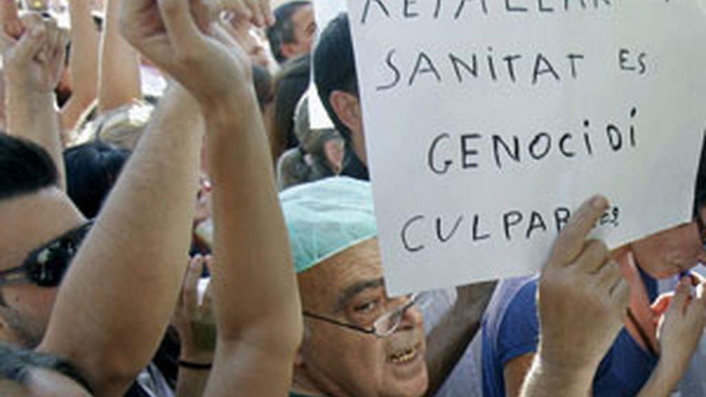 Durante la concentración que mantienen 500 trabajadores esta tarde ante la sede del Instituto Catalán de la Salud (ICS). Foto: EFE