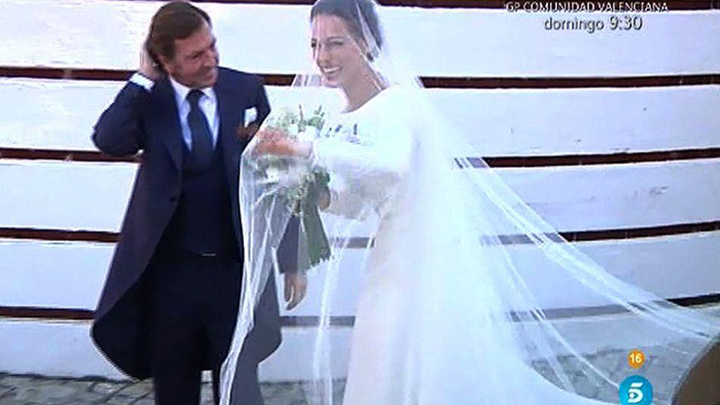La llegada de Eva González: una radiante novia que saluda a su pueblo