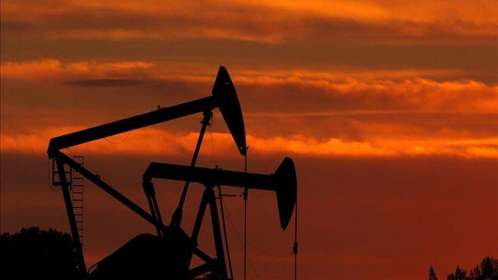 """Según el FMI, un """"shock"""" negativo persistente en la oferta de petróleo implicaría una escalada de los flujos internacionales de capital de los exportadores a los importadores de petróleo. EFE/Archivo"""