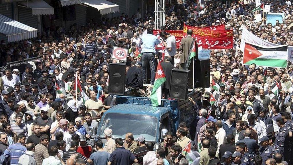 Jordanos sostienen pancartas y banderas nacionales durante una protesta para solicitar reformas políticas en Ammán, Jordania. EFE