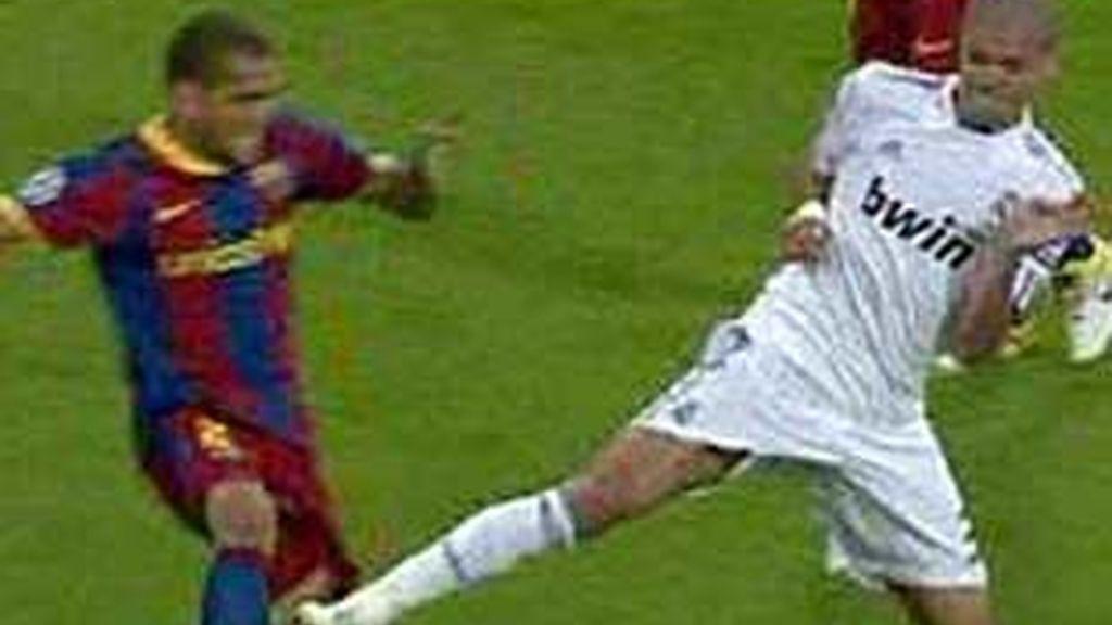 Pepe vio la roja por esta entrada. Foto: EFE.
