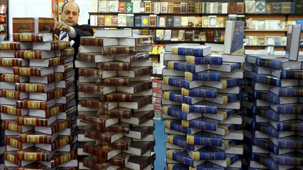 Un visitante observa los libros apilados en columnas en un stand de la Feria Internacional del Libro de Beirut, Líbano. EFE/Archivo