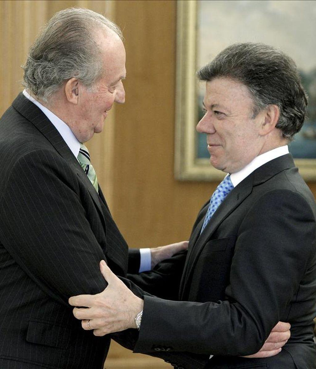 El rey Juan Carlos recibió, en el Palacio de la Zarzuela, al presidente de Colombia, Juan Manuel Santos, que comienza hoy su primera visita oficial a España. EFE