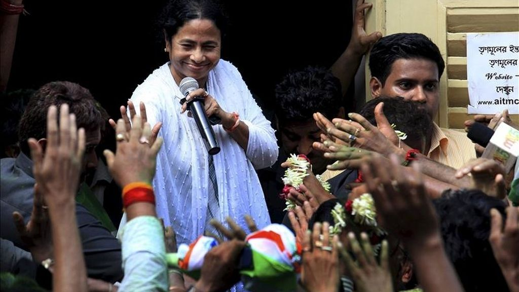 La líder de la coalición del partido del Congreso y el partido local de Trinamool, Mamata Banerjee, se dirige a sus simpatizantes tras conocer la obtención de la mayoría absoluta en las elecciones regionales en la nororiental Bengala occidental en Calcuta (India) hoy, viernes, 13 de mayo de 2011. EFE
