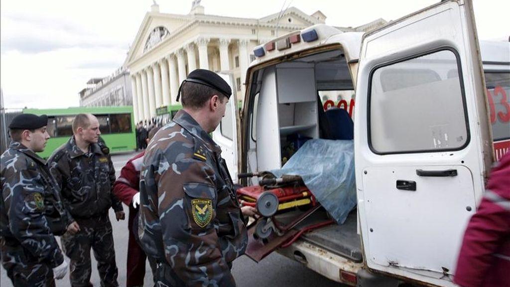 """Una víctima en camilla es introducida en una ambulancia en el exterior de la estación de metro """"Oktiábraskaya"""" en Minsk, Bielorrusia tras una explosión. EFE"""